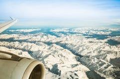 Vogelperspektive von europäischen Alpenbergen mit nebelhaftem Horizont lizenzfreie stockfotografie
