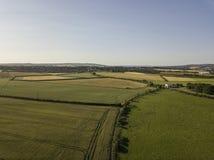 Vogelperspektive von Feldern und von Ackerland in der Landschaft Lizenzfreie Stockfotografie