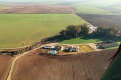 Vogelperspektive von Feldern und von Ackerland stockfoto