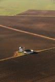 Vogelperspektive von Feldern und von Ackerland stockbilder