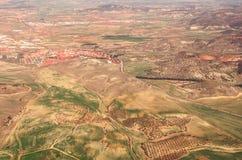 Vogelperspektive von Feldern und von Wohngebieten lizenzfreie stockbilder