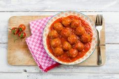 Vogelperspektive von Fleischklöschen einer Platte in der Tomatensauce Lizenzfreies Stockfoto