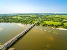 Vogelperspektive von Fluss und von Brücke Brücke, Straße und Landschaft Lizenzfreies Stockfoto