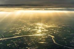 Vogelperspektive von Fluss und von landwirtschaftlicher Nutzfläche mit Strahl des Sonnenlichts Lizenzfreie Stockfotografie