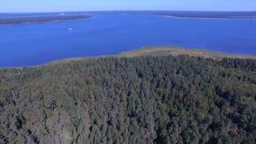 Vogelperspektive von Forest On Island And Ships auf See Seliger, Russland stock footage