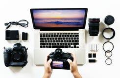 Vogelperspektive von Fotografhänden unter Verwendung der Kamera Stockfoto