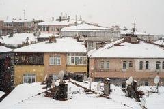 Vogelperspektive von Gebäuden in Istanbul, die Türkei, während des Schnees Lizenzfreies Stockbild
