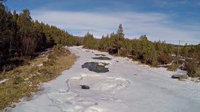 Vogelperspektive von gefrorenem Schneefluß zwischen Wald in städtischem Norwegen stock video footage