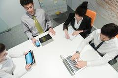 Vogelperspektive von Geschäftsleuten Gruppenbrainstorming auf Sitzung Lizenzfreies Stockbild