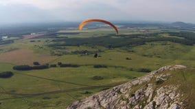Vogelperspektive von Gleitschirmfliegen nahe dem Berg alleines Toratau stock video footage