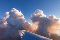 Vogelperspektive von goldenen Wolken beleuchtete durch die Abendsonne über Florida, Ansicht von den Flugzeugen während des Fluges Lizenzfreie Stockfotografie