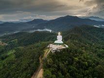 Vogelperspektive von großem Buddha auf Berg lizenzfreie stockbilder