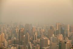 Vogelperspektive von Großstadt am nebelhaften Morgen Stockfotografie