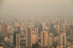 Vogelperspektive von Großstadt am nebelhaften Morgen Lizenzfreies Stockfoto