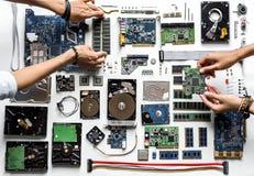 Vogelperspektive von Händen mit Computerelektronik zerteilt auf weißem Hintergrund Lizenzfreies Stockbild