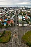 Vogelperspektive von Hallgrimskirkja-Kirche auf Reykjavik-Stadtzentrum und -hafen Stockfotos