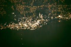 Vogelperspektive von Hallstatt See und von Stadt, Salzkammergut, Österreich Lizenzfreie Stockbilder