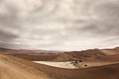 Vogelperspektive von hohen roten Dünen, gelegen in der Namibischen Wüste, in t stockfoto