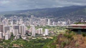 Vogelperspektive von Honolulu und Waikiki setzen von Diamond Head, Hawaii auf den Strand stock video footage