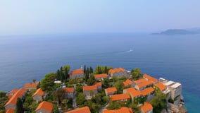 Vogelperspektive von Hotels auf der Insel, Montenegro, Sveti Stefan 2 stock video