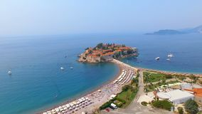 Vogelperspektive von Hotels auf der Insel, Montenegro, Sveti Stefan stock footage