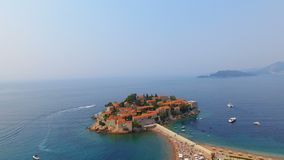 Vogelperspektive von Hotels auf der Insel, Montenegro, Sveti Stefan 7 stock footage