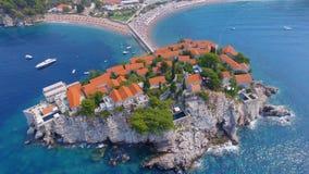 Vogelperspektive von Hotels auf der Insel, Montenegro, Sveti Stefan 8 stock video