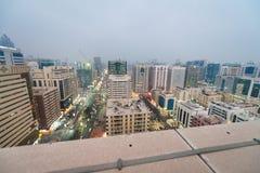 Vogelperspektive von im Stadtzentrum gelegenem Abu Dhabi bei Sonnenuntergang Stockbilder