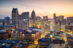 Vogelperspektive von im Stadtzentrum gelegenem Detroit in der Dämmerung Lizenzfreies Stockfoto