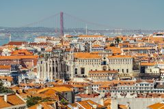 Vogelperspektive von im Stadtzentrum gelegenen Lissabon-Skylinen der alten historischen Stadt und 25 des Des Abril Bridge 25. Apr Lizenzfreie Stockfotos