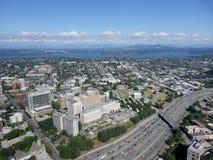 Vogelperspektive von im Stadtzentrum gelegenen Seattle-Gebäuden, Brücke, See und hohem Stockbild