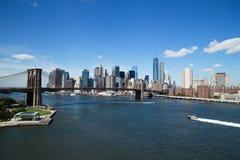 Vogelperspektive von im Stadtzentrum gelegenen Skylinen New York City mit Brooklyn-Brücke Stockfotografie