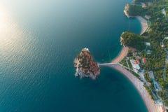Vogelperspektive von Insel Sveti Stefan in Budva stockfotos