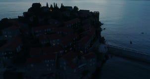 Vogelperspektive von Insel Sveti Stefan in Budva stock video footage