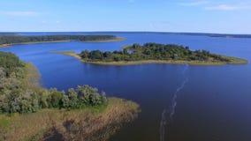 Vogelperspektive von Inseln auf schönem See Seliger, Russland stock video footage