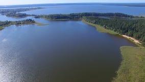 Vogelperspektive von Inseln und von Stadt auf See Seliger, Russland stock footage