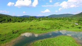 Vogelperspektive von Jesenica-Fluss stock video footage
