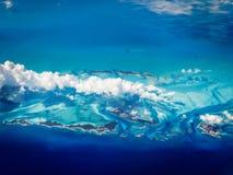 Vogelperspektive von karibischen Bahamas-Inseln, die in ein Türkismeer steigen Lizenzfreie Stockbilder