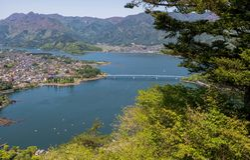 Vogelperspektive von Kawaguchiko See und Stadt stockfoto