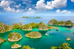 Vogelperspektive von kleinen Inseln im Türkismeer mit Riffküstenlinie stockfotografie