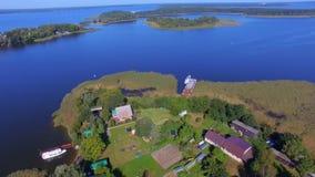 Vogelperspektive von kleiner bewohnter Insel auf schönem See Seliger, Russland stock video footage