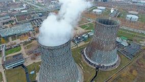 Vogelperspektive von Kraftwerken, Wärmekraftwerk Pfeife am Industriegebiet stock video footage