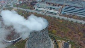 Vogelperspektive von Kraftwerken, Wärmekraftwerk Pfeife am Industriegebiet stock video