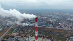 Vogelperspektive von Kraftwerken, Wärmekraftwerk Pfeife am Industriegebiet stock footage