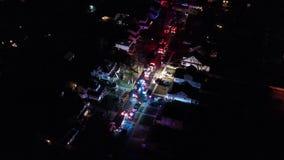 Vogelperspektive von Löschfahrzeugen und von Apparat auf Szene des Hausbrandes stock video footage