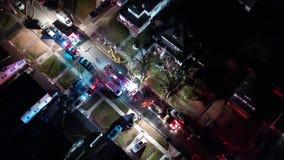 Vogelperspektive von Löschfahrzeugen und von Apparat auf Szene des Hausbrandes stock footage