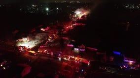Vogelperspektive von Löschfahrzeugen und von Apparat auf Szene des Hausbrandes stock video