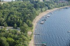 Vogelperspektive von lakeshore mit Docks und Booten in Minnesota stockfotografie