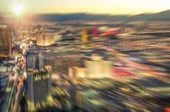 Vogelperspektive von Las Vegas-Skylinen bei Sonnenuntergang - unscharfe Stadt beleuchtet Stockbild