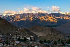 Vogelperspektive von Leh-Stadt morgens von Leh-Palast, Indien Lizenzfreie Stockfotos